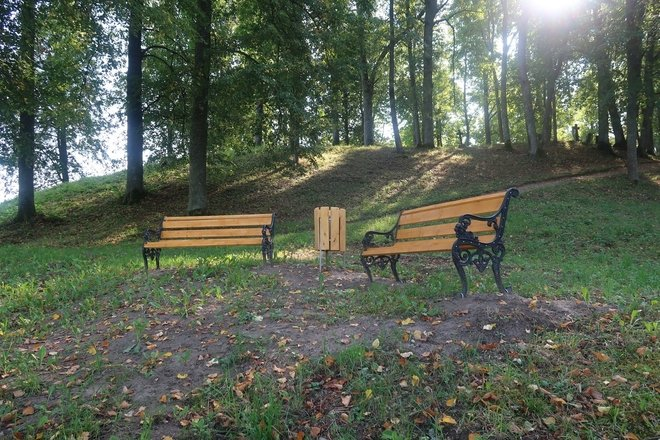 """The """"Acute Trail"""" and the Old Stender Memorial"""